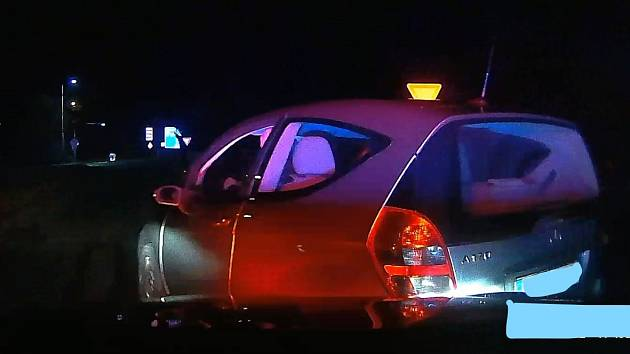 Nebezpečnou jízdu seniora na Krumlovsku zastavil policejní zátaras.