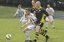 Sedličtí fotbalisté (na snímku zprava Zdeněk Mikeš a Martin Šrámek atakující kaplického Patrika Micáka) prokázali větší vůli po vítězství a záchranářský duel zvládli lépe.