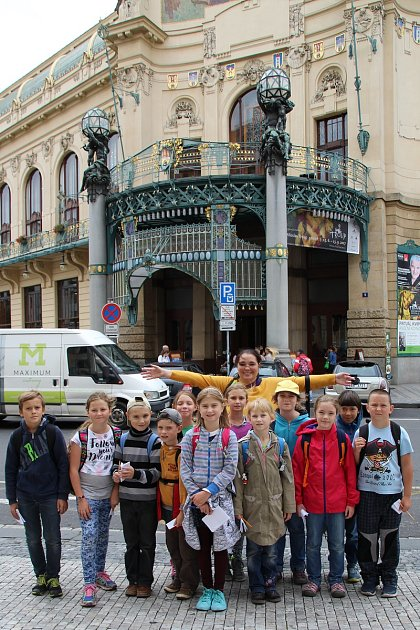 Děti zkrumlovské ZUŠky vystavují své práce na výstavě ke 100.výročí narození malíře, grafika a ilustrátora Miloslava Troupa.