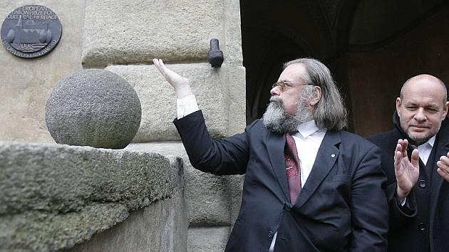 Bronzová plaketa bude k vidění na druhém nádvoří českokrumlovského zámku.