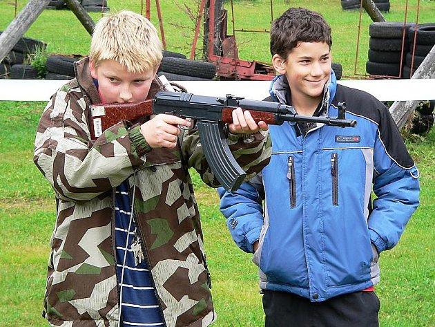 Střelba přes simulátor děti bavila. Skutečnou válku by ale zažít nechtěl nikdo z nich.