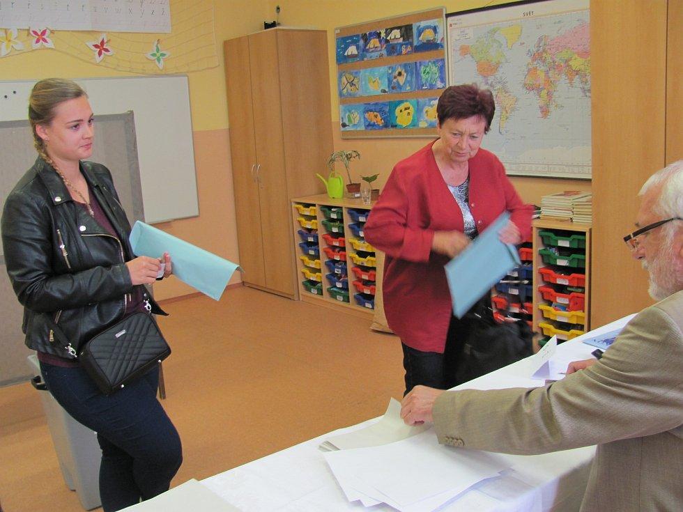 V sedmém českokrumlovském volebním okrsku přišlo k volbách během prvních pár minut přes deset lidí.