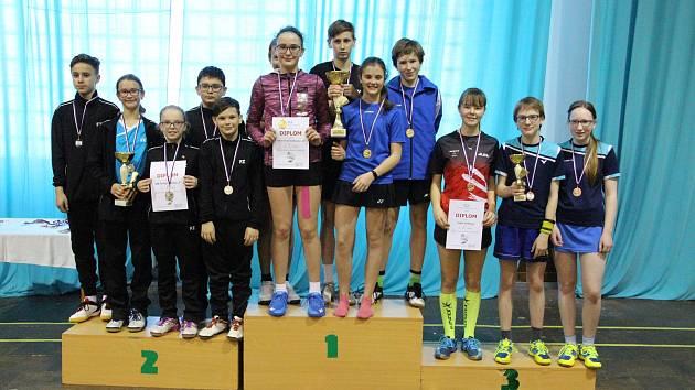 Věkově nejmladší družstvo KP žactva, céčko krumlovského SKB (na stupních vlevo), vybojovalo stříbro za vítězným prvním týmem budějovického Sokola a před třetím Sokolem Vodňany (vpravo).