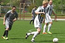OS muži – 17. kolo: FK Spartak Kaplice B (bíločerné dresy) – TJ Horní Dvořiště / FK Dolní Dvořiště B 14:2 (8:1).