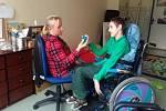 Osobní asistence. Tým osobních asistentek pravidelně pomáhá čtyřem desítkám dětí i dospělým se zdravotním postižením a seniorům se sníženou soběstačností.