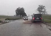 Mezi Mirkovicemi a Chabičovicemi na Krumlovsku silnici zaplavila voda s bahnem z polí.