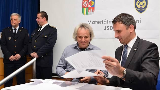 Předávání techniky JSDHO. Na snímku hejtman Jiří Zimola a starosta Horní Plané Jiří Hůlka