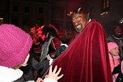 Před sv. Mikulášem nastoupili na krumlovském náměstí pekelníci a pekelnice.