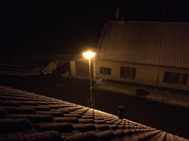 Pondělní zasněžený večer v Omleničce na Krumlovsku.