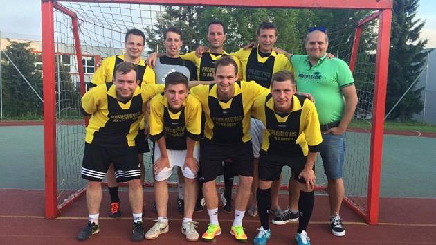 První českokrumlovskou městskou ligu futsalu 2016/17 bez ztráty bodu ovládli Bombarďáci Větřní.