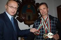 K zisku tří zlatých medailí Milanu Prokešovi z Velešína, který vede i místní taekwon-do školu, poblahopřál starosta města Josef Klíma (vlevo).