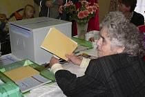 Ve Zvíkově je málo voličů a tak ve volební místnosti členové komise zažívali dlouhé prodlevy, než se dostavil k urně někdo další.