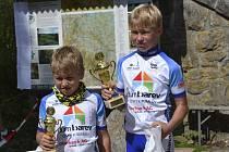 Při letošním ročníku časovky horských kol na vrchol Blanského lesa Kletě vytáhli barvy českokrumlovského oddílu Dům barev na stupně vítězů ve svých kategoriích mladíci, a to jmenovitě stříbrný Vojtěch Štrobl a zlatý Pavel Štrobl (zleva).