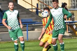 Českokrumlovští fotbalisté (v zelenobílém) zvítězili ve Strakonicích 2:0.