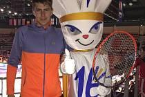 Českokrumlovský badmintonista Jaromír Janáček (na snímku s maskotem  turnaje) v dějišti mistrovství Evropy dospělých ve francouzském La Roche sur Yon.