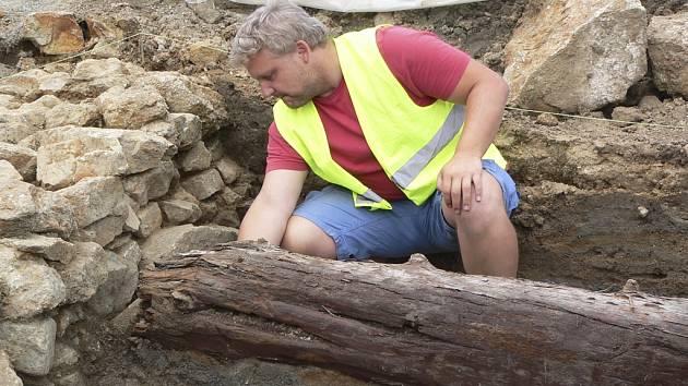 Archeolog Karel kašák ukazuje základy stavby ze středověku.
