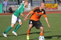 Zatímco v prvním poločase derby dominovali Roudenští (vpravo u míče Jakub Píša před domácím Jakubem Wagnerem), tak po pauze se karta obrátila.