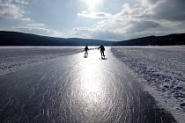 Bruslaři mohou od pondělí na Lipně bruslit s posvěcením ledařů. Ale lepší je se držet dráhy.