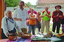 Slavnostní chvíle, kdy zástupci společnosti Bemagro Malonty obdrželi Bartákův hrnec.