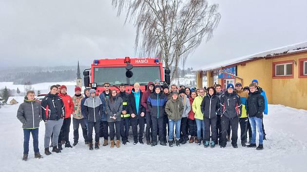Budoucí záchranáři trénují ve sněhu svou odolnost.