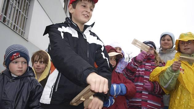 Odbíjení zvonů nahrazovaly od čtvrtka do soboty děti řehtáním. Snímek je z Brloha.
