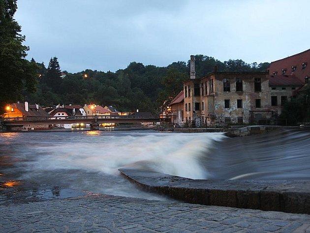 Rozbouřená řeka u mostu Dr. Edvarda Beneše.