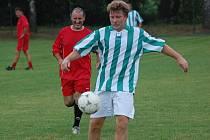 Od stále aktuálnějších myšlenek spojených s přípravou na derby si exkrumlovský Václav Domin (u míče před Ctibůrkem) odběhl na trávník a znovu hájil zelenobílé barvy Slavoje.