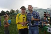 Organizátor turnaje Zdeněk Kemény (vpravo) poblahopřál svému klubu k vítězství v turnaji.