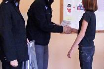 Policisté poděkovali dětem za pomoc při pátrání pro viníkovi.