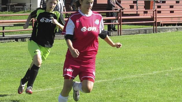 Při plné sestavě fotbalistky kaplického Spartaku  Hradiště v této sezoně doma vyprášily i nadílkou 8:0 (Markéta Bartoníčková prchá Hynoušové) a nezaváhaly ani v odvetách venku, i když na půdě třetího odehrály celou derniéru v devíti.