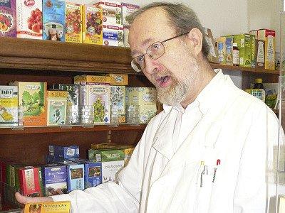 Lékárník  Pavel Pleva  lidem rád poradí, jak snížit výdaje za léky.