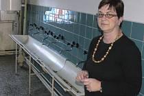 Ředitelka školy ve Chvalšinách Eva Luštická stojí v sociálním zázemí školní tělocvičny.
