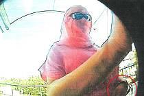Policie prosí o pomoc při ztotožnění této zahalené osoby.