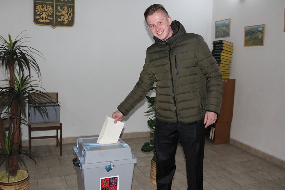Několik voličů v Benešově nad Černou volilo ve svátečním.