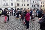 Úterní protivládní demonstrace se na českokrumlovském náměstí Svornosti zúčastnilo přes 200 lidí.