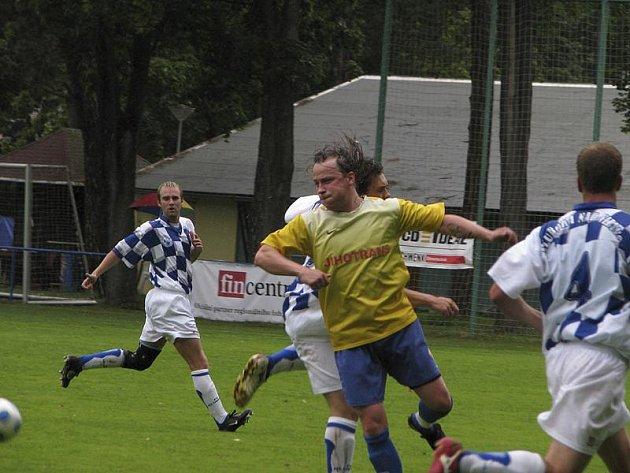 Křemežští absolvovali těžkou generálku na půdě předního účastníka KP z Hluboké, kde uhráli čestný výsledek 2:3 (ve žlutém autor jedné branky hostů Luděk Edelman).