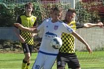 Kaplickým fotbalistů duel v Nové Vsi nevyšel a prohráli 1:3. Na snímku bojuje domácí Zbyněk Holý s kaplickým Tomášem Faltusem (vpravo). Vzadu je sleduje Vojtěch Čutka.