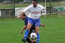 Na vítězný gól Křemže v derby s Malontami centroval nestárnoucí Václav Novák (v popředí před Tomášem Kovaříkem).