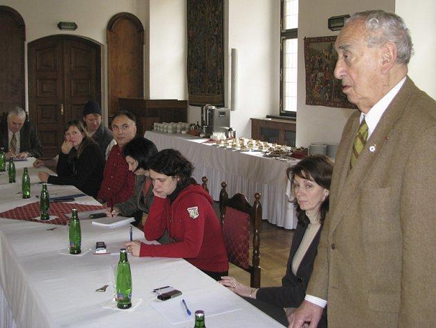 Skupina českokrumlovských podnikatelů v pohostinství a ubytovacích službách ve středu sešla, aby projednala vznik sdružení, které by na způsob cechu zastupovalo jejich zájmy a zviditelnilo i město v zahraničí.
