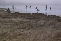 Pláž je připravena na navezení nového písku.