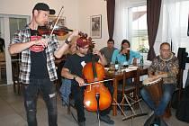 Hospoda v Rájově zahájila provoz hudební párty.