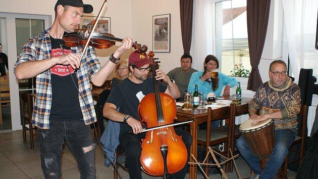Hudební party s prasetem zahájila provoz hospoda v Rájově