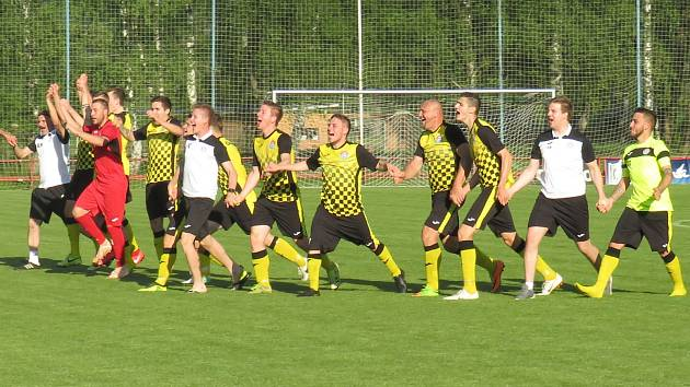 Oblastní I.B třída (skupina A) – 24. kolo: FK Spartak Kaplice (žlutočerné dresy) – TJ Dříteň 11:1 (5:0).