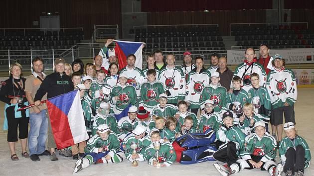 Na závěr vydařené celotýdenní mise se českokrumlovská hokejová výprava, včetně trenérů, rodičů a fanoušků, mohla přímo na ledě potěšit se zlatými medailemi a poháry pro vítěze klání devítiletých i jedenáctiletých nadějí.