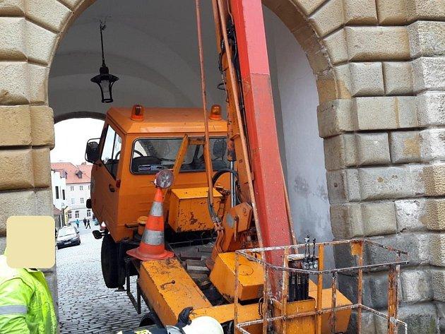 Multikára nemohla z Budějovické brány tam ani zpět.