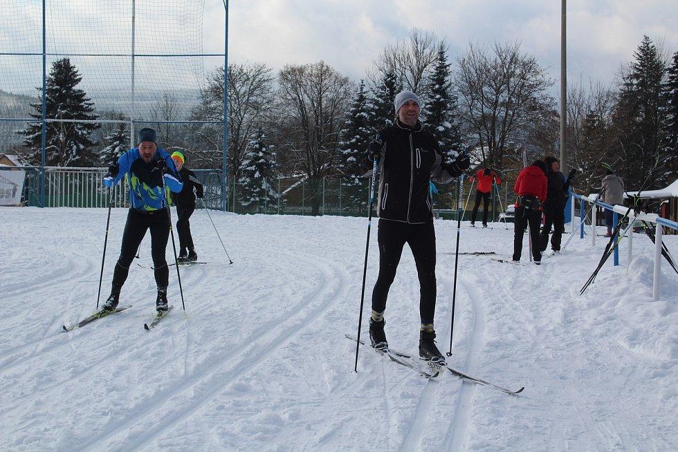 Fotbalové hřiště ve Frymburku o víkendu patřilo natěšeným běžkařům.