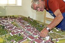 Model města Velešína ukazuje jeho podobu z roku 1896, a to i s vyhořelými domy na Latránu. Ještě před zakrytím sklem ho důkladně prohlédl Jan Foitl ze Společnosti přátel města Velešína.