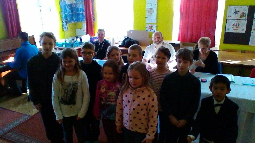 Děti ze zubčické školy voličům k volbám pěkně zazpívaly.