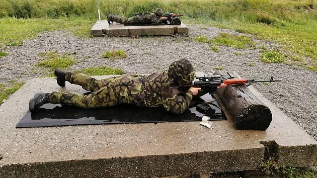 Výcvik na bojové dráze Otice, dekontaminace osob a techniky, střelecká příprava, maskování i nácvik umístění náloží a sestrojení roznětových sítí k ničení mostu hráze, to bylo cvičení 151. ženijního praporu.