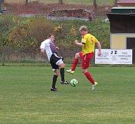 Oblastní I.B třída (skupina A) - 12. kolo: Sokol Chvalšiny (červenožluté dresy) - Spartak Kaplice 2:5 (2:2).